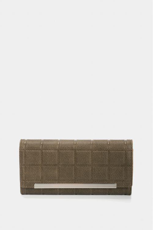 Billetera tipo portachequera para mujer en sintético con placa rectangular y herraje metálico